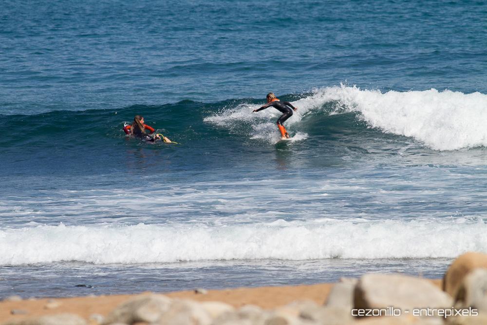 Alumnos de la Skool Surf en Playa España